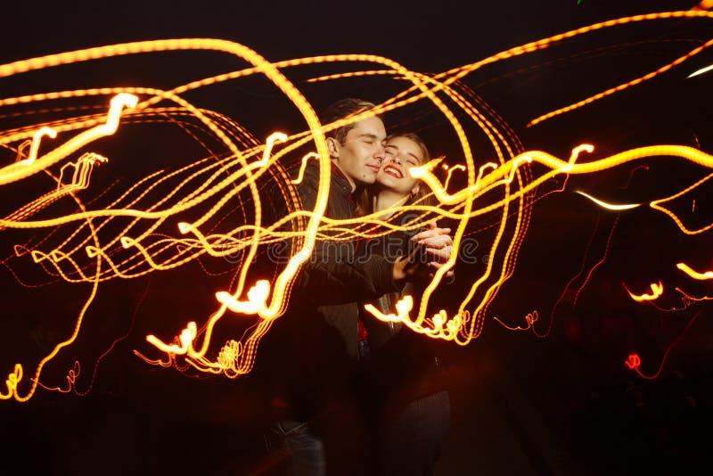Fundo preto, par que dança nas luzes da luz, dança da luz, música da luz, feriado foto de stock