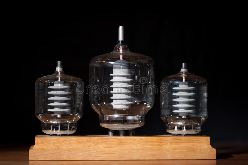 Fundo preto transmissor de três tubos do vácuo velho imagem de stock