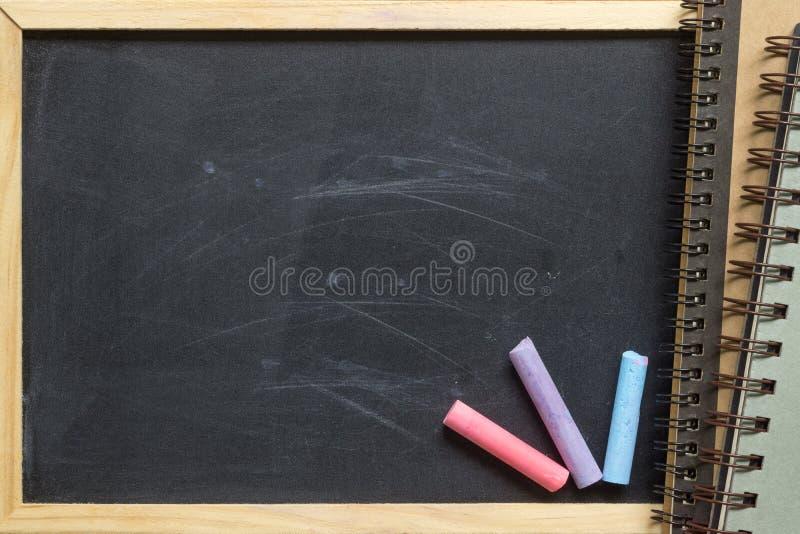 Fundo preto vazio vazio da placa de giz com quadro de madeira e n imagem de stock