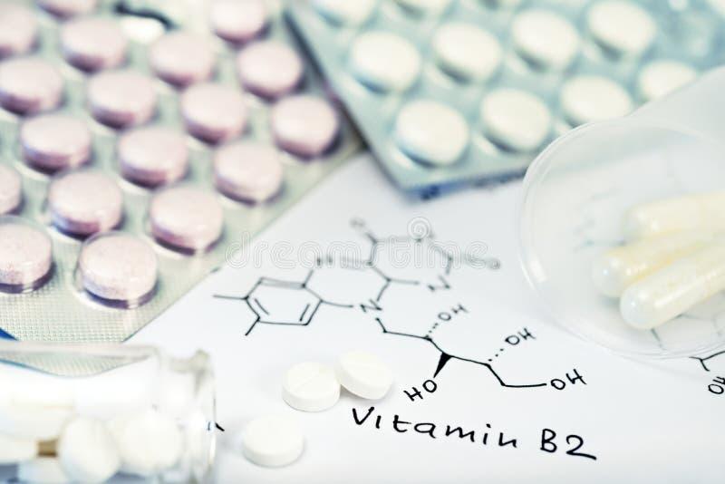 Fundo químico com comprimidos e fórmula química fotografia de stock