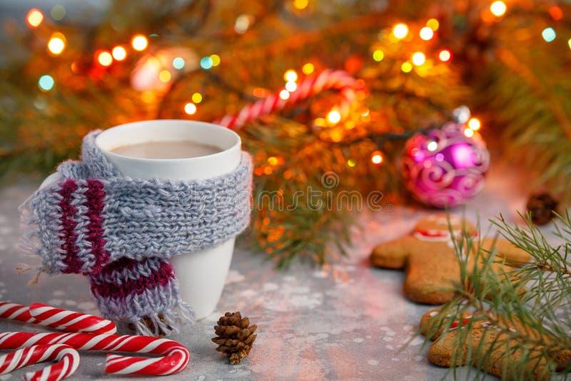 Fundo quente do Natal da bebida do inverno Cookie do pão-de-espécie da casa do copo do cacau do feriado em uma tabela Conceito da foto de stock