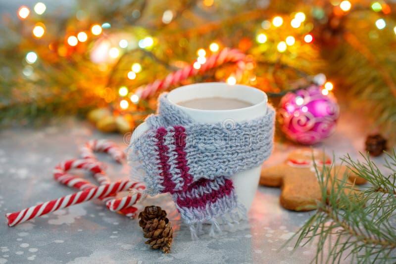 Fundo quente do Natal da bebida do inverno Cookies da casa do copo do cacau do feriado em uma tabela Conceito das bebidas do Xmas imagens de stock royalty free