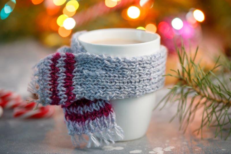 Fundo quente do Natal da bebida do inverno Pirulitos do copo do cacau do feriado em uma tabela Conceito das bebidas do Xmas Propa foto de stock royalty free