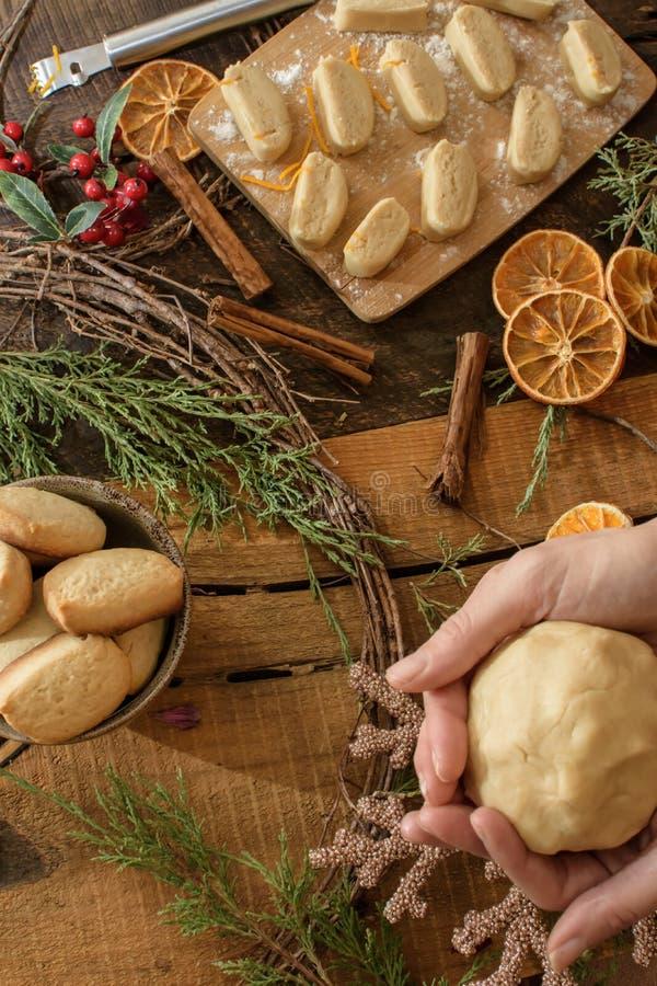 Fundo rústico acolhedor de cozimento das cookies do Natal da mulher acolhedor do Natal foto de stock royalty free