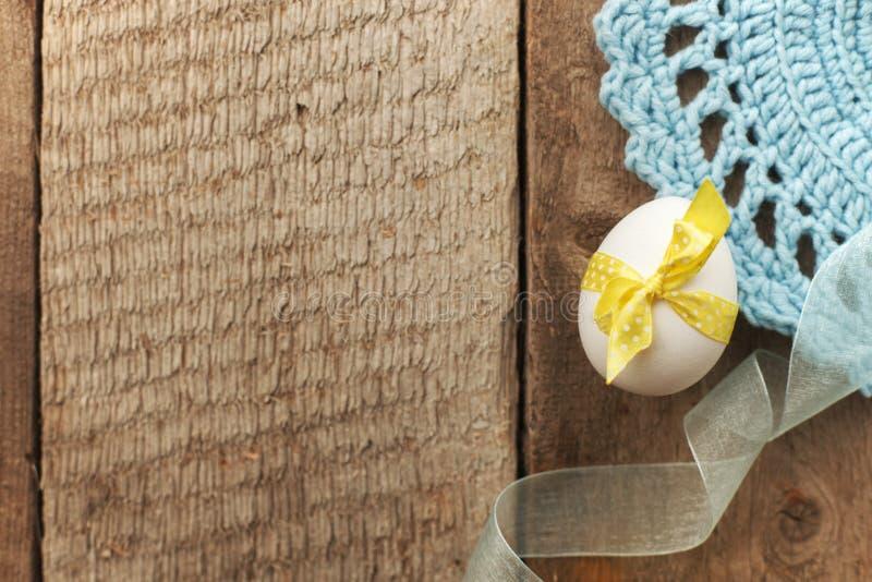Fundo rústico da Páscoa com o ovo da galinha na placa de madeira do vintage velho com espaço vazio para o texto imagens de stock royalty free