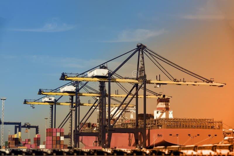 Fundo retro da exportação da importação da logística do navio de carga do recipiente fotografia de stock royalty free