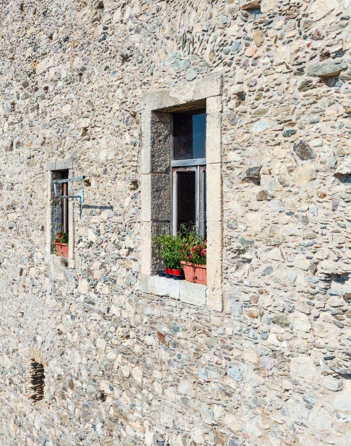 Fundo rochoso velho da parede da casa fotografia de stock