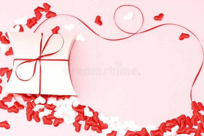 Fundo romântico do dia de Valentim - cartão, caixa, tiras e corações - imagem imagens de stock royalty free