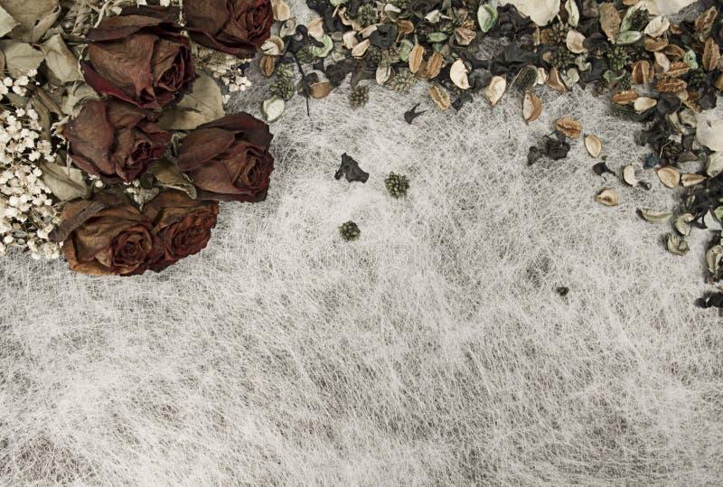 Fundo romântico em cores macias do outono com rosas secadas e pourri do potenciômetro no papel de arroz branco imagens de stock