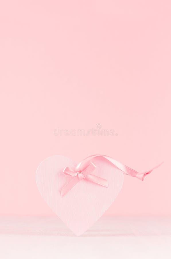 Fundo romance da celebração para o Valentim e o casamento - coração bonito com a fita de seda na placa de madeira branca, espaço  fotos de stock royalty free
