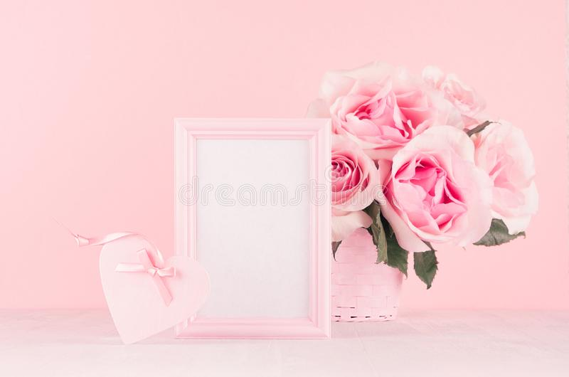 Fundo romance da celebração para o Valentim e o casamento - ramalhete luxuoso das rosas, caixa de presente, coração, quadro vazio imagem de stock