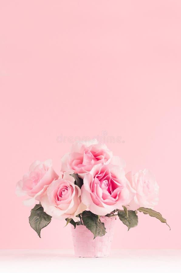 Fundo romance das flores da celebração - ramalhete luxuoso cor-de-rosa das rosas na placa de madeira branca, espaço da cópia fotos de stock royalty free