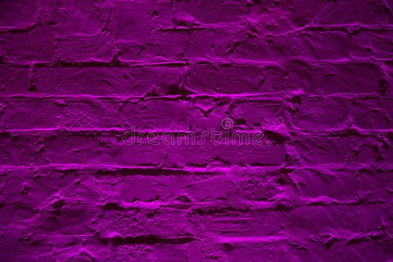 Fundo roxo de néon da textura da parede de tijolo do Grunge Teste padrão colorido magenta do architexture da textura da parede de imagens de stock