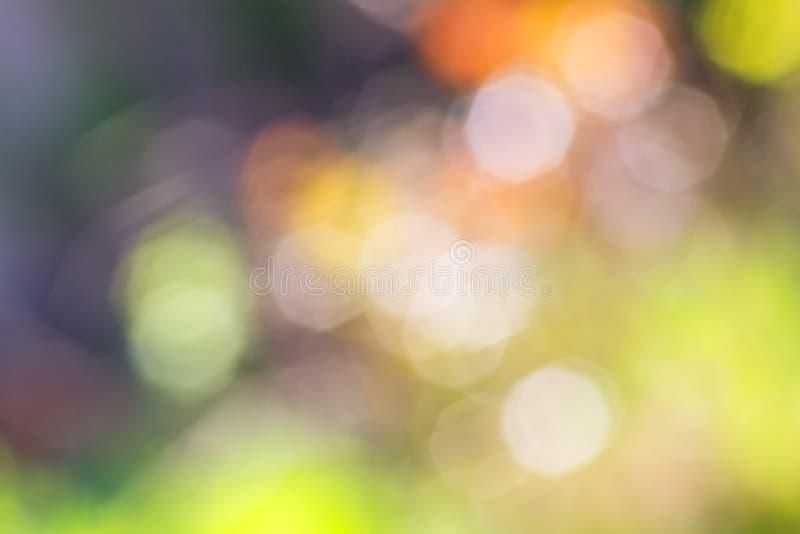 Fundo roxo e verde abstrato com os pontos coloridos borrados fotos de stock royalty free