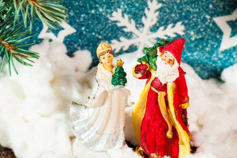 Fundo Santa Claus do cartão de Natal e caráteres novos do Natal do russo da neve: Donzela da neve de Snegurochka com presentes fotografia de stock royalty free