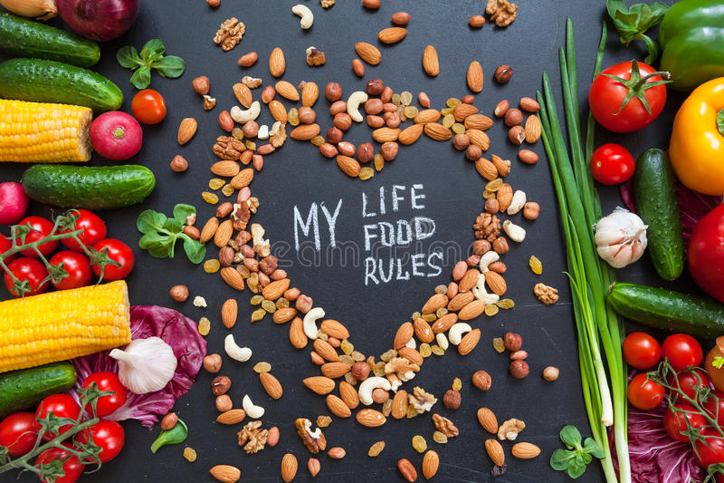 Fundo saudável do alimento Conceito saudável do alimento com os legumes frescos para o cozimento e alguns tipos amáveis de porcas fotos de stock royalty free