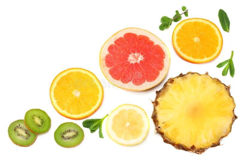 Fundo saudável fatias de toranja, de fruto de quivi, de laranja e de abacaxi isolados na opinião superior do fundo branco foto de stock