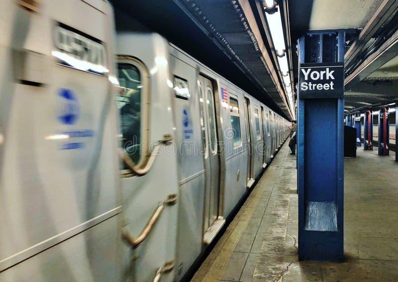 Fundo subterrâneo do estação de caminhos de ferro do MTA de New York City da rua de York da estação de metro de NYC Brooklyn imagem de stock