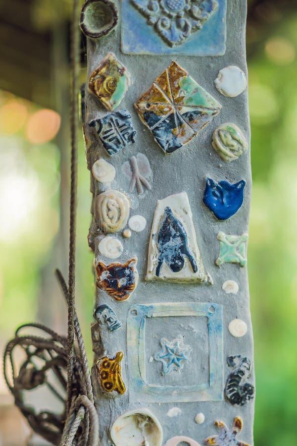 Fundo tailandês e marrom da cerâmica do close up da textura na parede para a decoração interior ou exterior imagens de stock royalty free