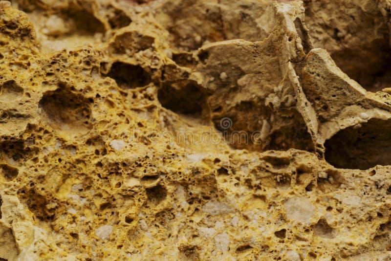 Fundo Textured da pedra natural Close-up Fundo natural ou textura da parede de pedra Rocha da pedra calcária no fim acima da vist foto de stock
