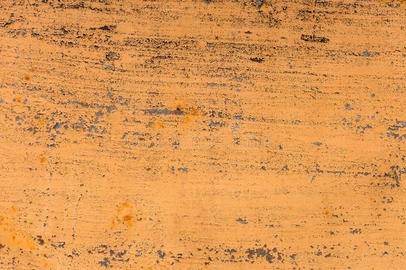 Fundo Textured de uma pintura amarela desvanecida com quebras oxidadas no metal oxidado Textura do Grunge de um metal rachado vel fotos de stock royalty free
