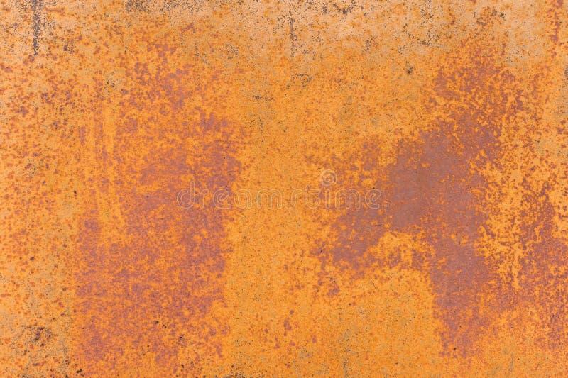 Fundo Textured de uma pintura amarela desvanecida com quebras oxidadas no metal oxidado Textura do Grunge de um metal rachado vel imagens de stock royalty free
