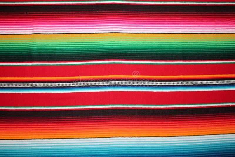 Fundo tradicional mexicano da festa do poncho do tapete do de Mayo do cinco de México com listras imagens de stock