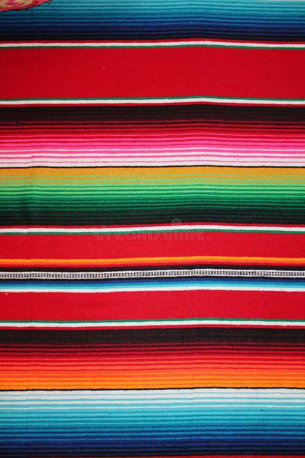 Fundo tradicional mexicano da festa do poncho do tapete do de Mayo do cinco de México com listras fotos de stock royalty free