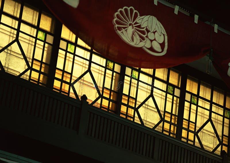 Fundo tradicional velho japonês das janelas com trilhos de madeira imagens de stock royalty free