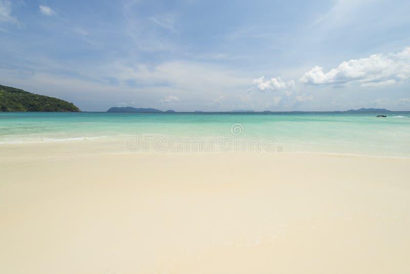 Fundo tropical bonito da praia da opinião do mar com horizonte s azul foto de stock royalty free