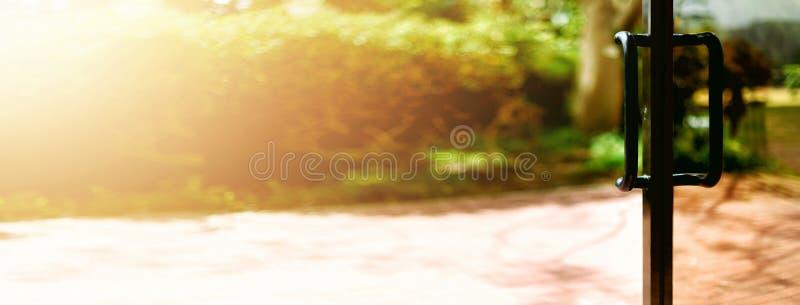 Fundo tropical da vista Conceito do verão, do curso, das férias e do feriado Janela aberta, porta e cortina branca com borrado imagem de stock royalty free