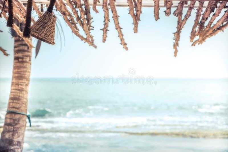 Fundo tropical do vintage da praia com abrigo do dossel da sombra da opinião do mar foto de stock