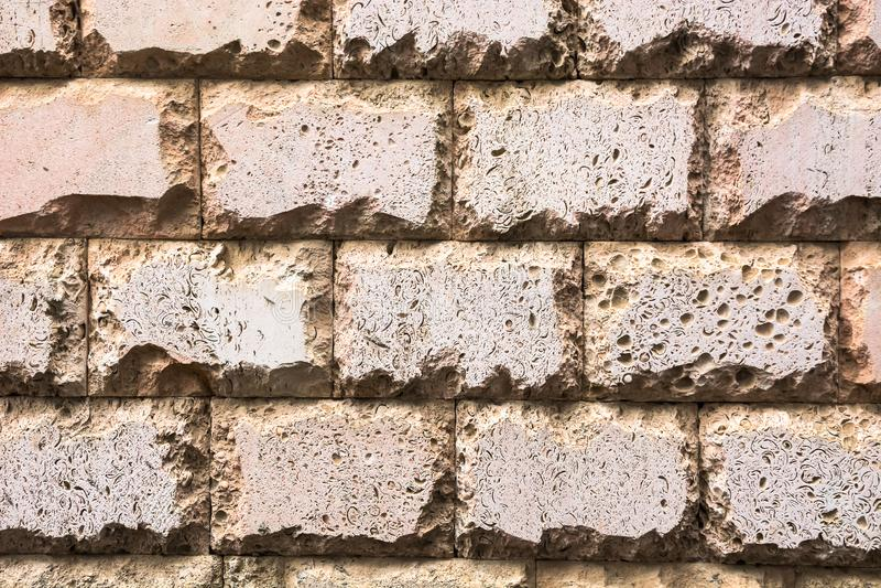 Fundo Uma parede feita das pedras foto de stock