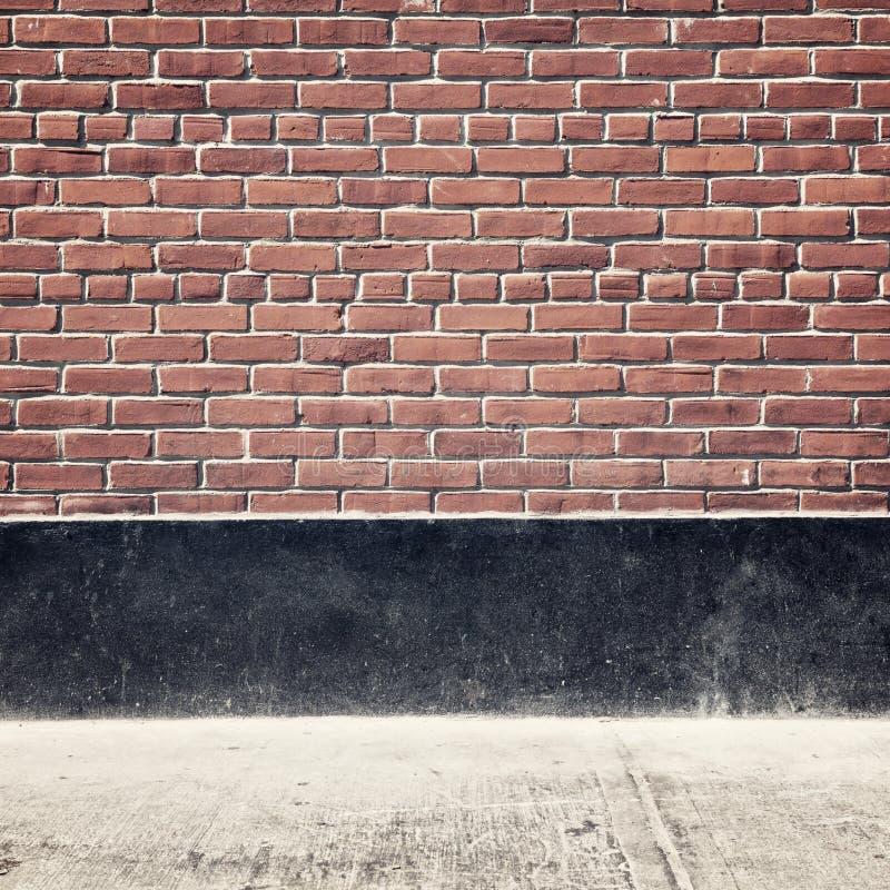 Fundo urbano com parede e pavimento de tijolo foto de stock royalty free