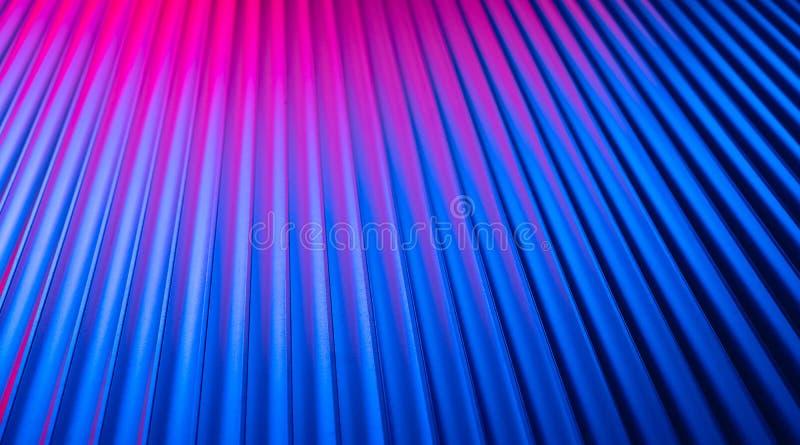 Fundo vazio vazio da parede de néon com luz cor-de-rosa azul da cor da noite do inclinação fotos de stock