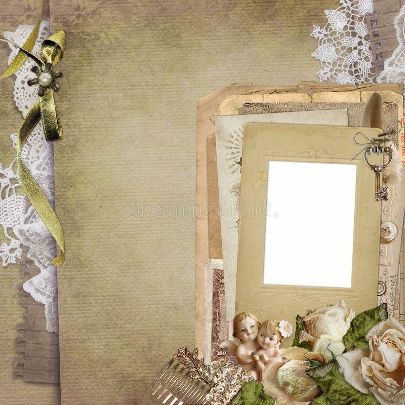 Fundo velho com um quadro, rosas murchos do vintage, letras velhas, cartão, laço, estátua dos anjos imagens de stock royalty free