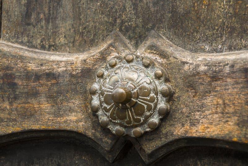Fundo velho de madeira da prancha da porta e detalhe exterior de metal imagens de stock