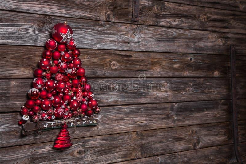 Fundo velho de madeira do Natal com uma árvore vermelha das bolas imagem de stock