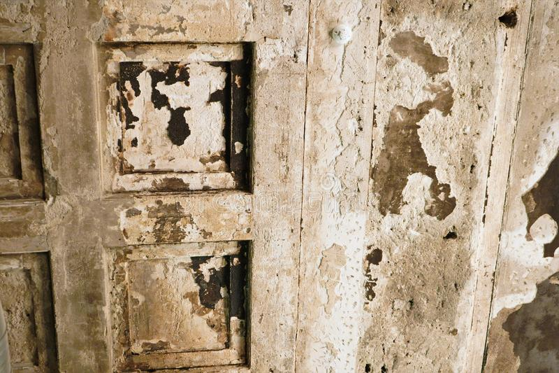Fundo velho rachado e da casca da pintura da parede Fundo concreto velho rachado da parede do vintage, parede velha Luz natural e foto de stock