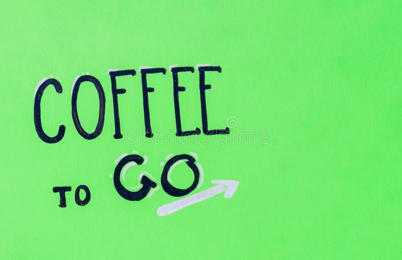 Fundo verde com a inscrição café para ir fotografia de stock royalty free