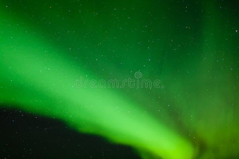 Fundo verde da natureza do céu noturno do aurora borealis foto de stock