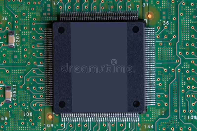 Fundo verde da tecnologia Imagem do detalhe do close up de uma microplaqueta grande com muitos pés na placa de circuito eletrônic fotos de stock