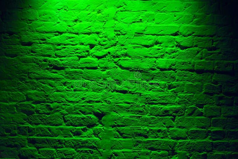 Fundo verde de néon da textura da parede de tijolo do Grunge Teste padrão colorido magenta da arquitetura da textura da parede de imagens de stock