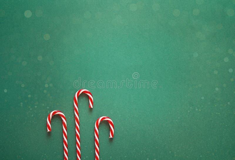 Fundo verde do Natal com os bastões de doces vermelhos Copie o espaço para imagens de stock royalty free