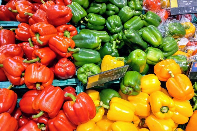 Fundo verde, vermelho e amarelo colorido da paprika das pimentas foto de stock royalty free