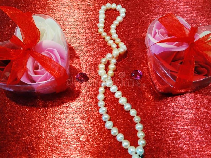 Fundo vermelho com rosas imagens de stock royalty free