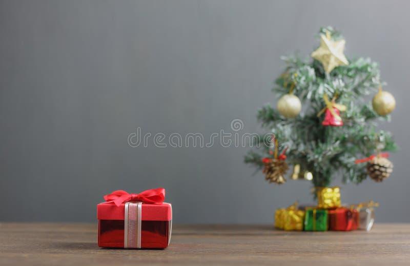 Fundo vermelho da árvore da caixa de presente e de abeto Objetos da variedade em de madeira rústico moderno imagem de stock