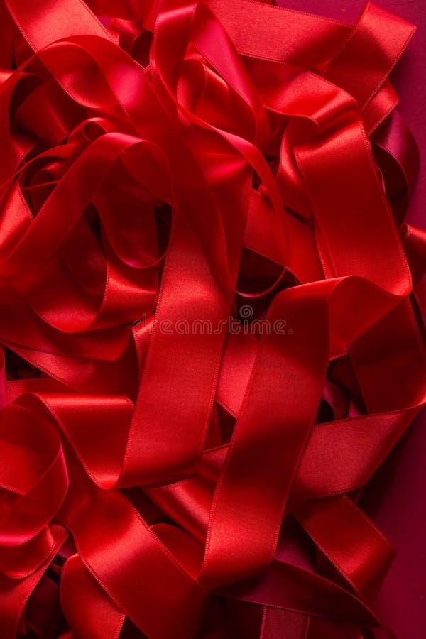 Fundo vermelho da fita do cetim fotos de stock royalty free
