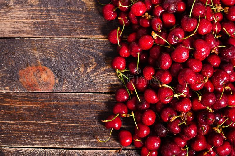 Fundo vermelho das cerejas Vista superior com espaço da cópia verão e conceito da colheita Vegetariano, vegetariano, alimento cru fotos de stock