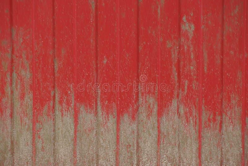 Fundo vermelho do ferro de um fragmento de uma cerca fotos de stock